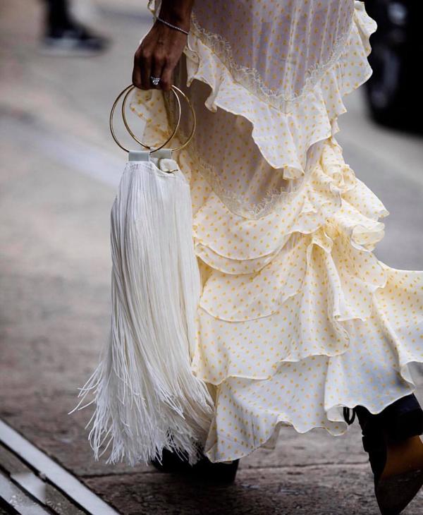 Sợi cotton được đan thủ công để mang tới các kiểu túi tôn vẻ nữ tính nhưng không kém phần phá cách cho phái đẹp.
