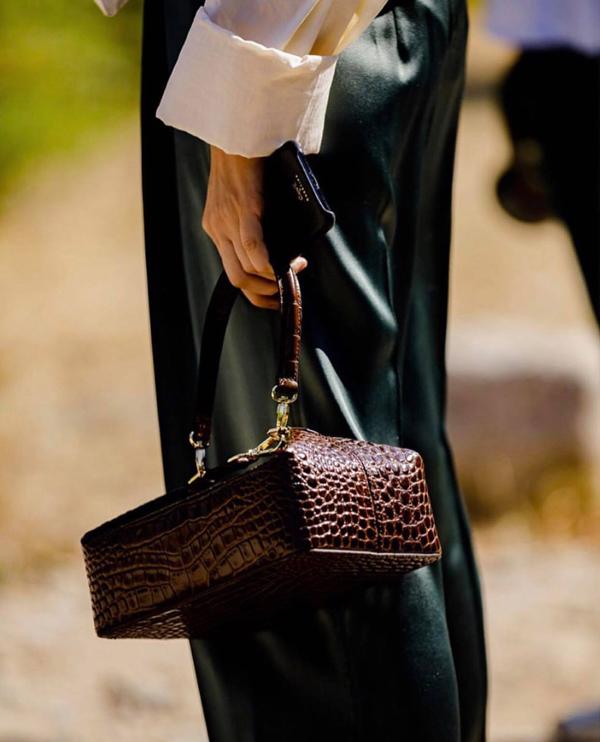 Điểm qua hình ảnh ấn tượng bền lề các fashion week mùa này, phụ kiện kiểu dáng độc đáo như túi dây rút, túi da đan, túi dáng hộp được phái đẹp thế giới yêu thích.