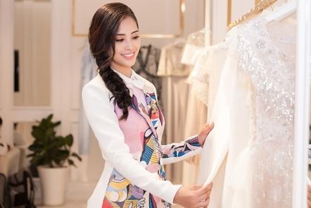 Hoa hậu Trần Tiểu Vy thử đồ để sang Pháp dự sự kiện