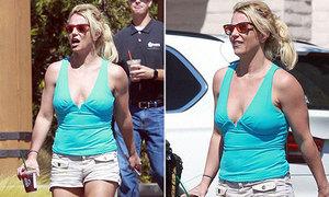 Britney Spears lộ bụng mỡ, dáng sồ sề trên phố