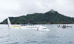 Máy bay đâm xuống biển, toàn bộ hành khách và phi hành đoàn sống sót