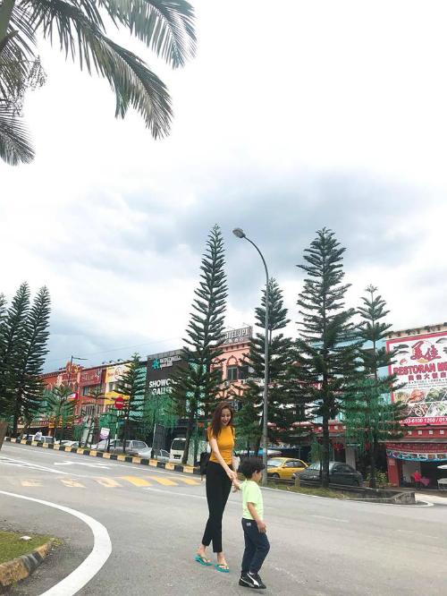 Diễm Hương cùng con trai đi du lịch Malaysia. Hoa hậu Thế giới người Việt 2010 tâm sự: Đợi mong một ngày con khôn lớn, con lại dẫn mẹ đi chơi. Và cứ thế, mẹ con ta đi hết quả địa cầu con nhé.
