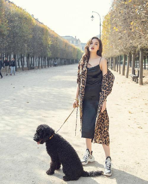 Kỳ Duyên dắt chó cưng đi dạo cũng phải sexy với áo khoác trễ nải.