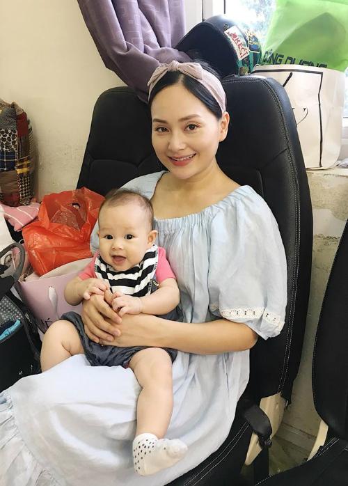 Con gái Lan Phương thích thú khi được cùng mẹ tới trường quay.