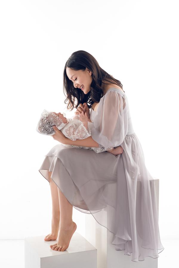 Lan Phương hạnh phúc nói về cuộc sống của bà mẹ bỉm sữa: Hàng ngày tôi vẫn tự chăm sóc con, trộm vía bé khỏe mạnh, lanh lợi và đáng yêu. Tôi nuôi con rất khoa học và từng ngày hạnh phúc nhìn con lớn lên. Bé đang trong giai đoạn tò mò khám phá thế giới xung quanh, nhạy cảm với tiếng động, chỉ một tiếng động nhỏ cũng làm bé dừng mọi hoạt đông lại để lắng nghe xem đó là gì. Bé thích nói chuyện và cười rất tươi. Bé bắt đầu biết ai là người lạ hay cảnh vậtkhông quen thân thuộc và khi nhìn sẽ nhìn rất lâu để phân tích xem đây là đâu, ngườinày là thế nào. Sau một lúc bé bắt đầu quen và vui vẻ chơi đùa.