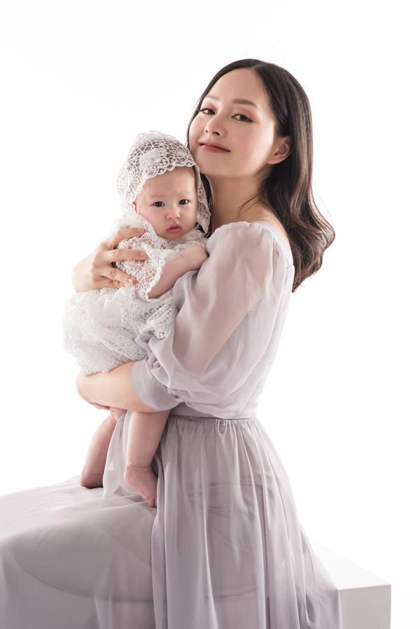 Vợ chồng Lan Phương vẫn sống ở Hà Nội bởi ông xã cô làm việc tại đây. Cô cười nói rằng, đây là năm đầu tiên bé Lina đón mùa thucùng bố mẹ ở thủ đô.