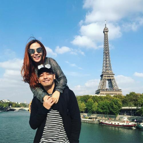 MC Phan Anh và bà xã khoe ảnh check in tình tứcạnh tháp Eiffel.