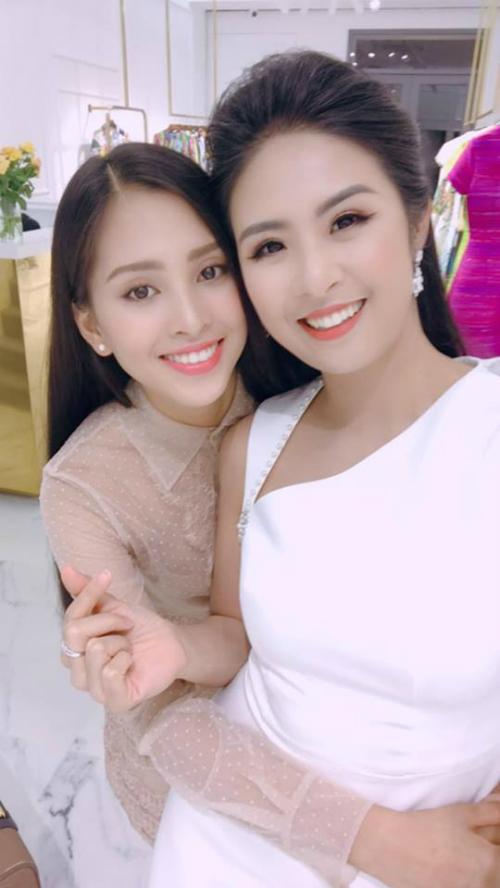 Trần Tiểu Vy pose hình cùng hoa hậu Ngọc Hân:Tranh thủ gặp chị yêuđể tâm sự trước giờ lên đường.