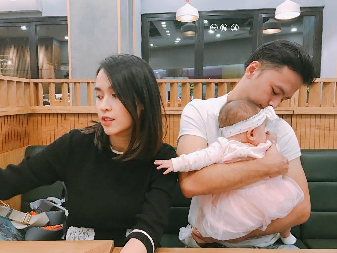 Vợ chồng Văn Anh - Tú Vi đưa con gái cưng đi ăn ngoài hàng: Lâu lâu mới được đi ăn với nhau cũng là lần đầu Cún được đi ăn với ba mẹ, Tú Vi chia sẻ.