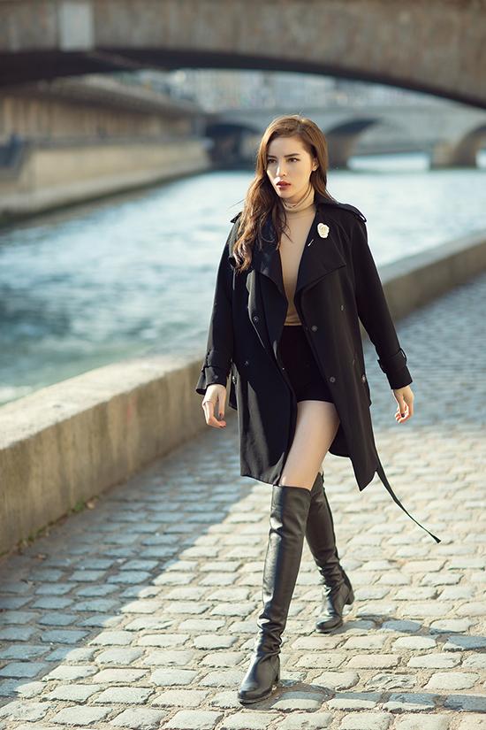 Vẫn tận dụng đôi bốt da đen cao qua gối, ở set đồ tiếp theo Kỳ Duyên tôn đôi chân thon dài với cách sử dụng short, áo cổ lọ và áo choàng.