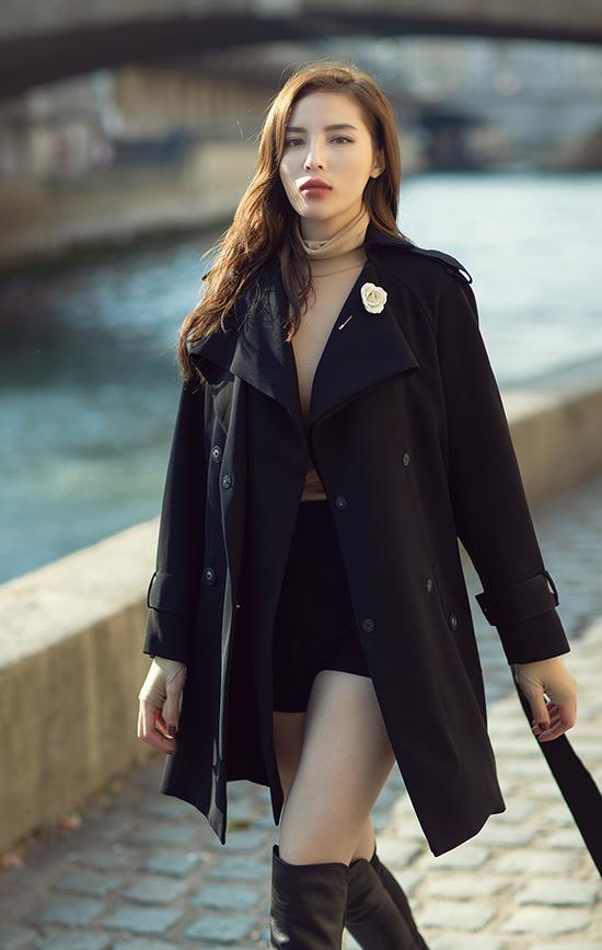 Trend coat luôn là mẫu trang phục hài hoà với vẻ lãng mạn và không khí mùa thu dịu dàng của nước Pháp. Vì thế, Kỳ Duyên đã chuẩn bị sẵn những mẫu áo ấm hợp xu hướng để lưu lại những hình ảnh đẹp.