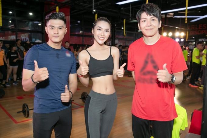 Người đẹp 24 tuổi hội ngộ biên đạo Lâm Vinh Hải (trái) và ca sĩ Kelvin Khánh (phải).
