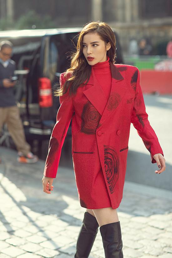 Trước khi tham dự các show diễn, người đẹp quê Nam Định đã có dịp khoe phong cách street stylecủa mình khi dạo phố Paris.