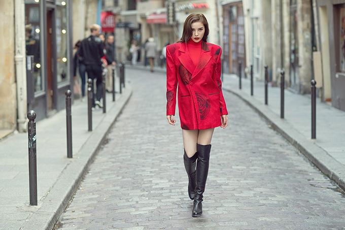 Trang phục tông màu đỏ in hoạ tiết độc đáogiúp Kỳ Duyênnổi bật trên conphố của trung tâm thời trang Paris. Thiết kế có cầu vai độn đặc trưng phong cách của những năm 1970 khiến người mặc trở nên cá tính hơn.