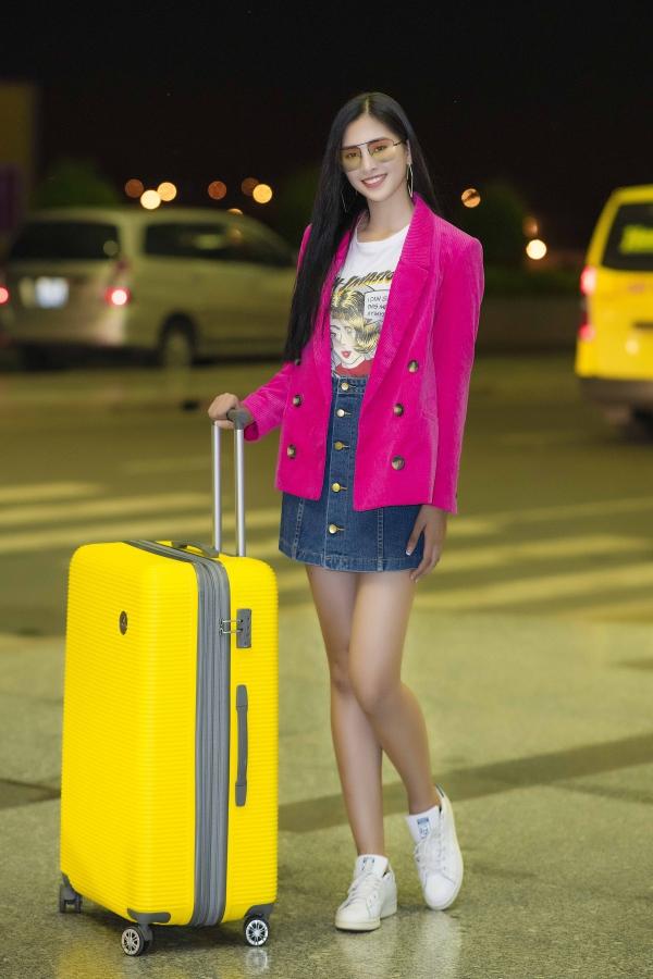 Người đẹp diện trang phục giản dị, phối áo thun và chân váy jeans. Thời tiết Hà Nội se lạnh nên cô khoác thêm áo blazer màu hồng nổi bật.