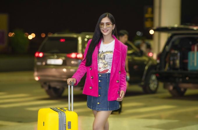Trần Tiểu Vy có mặt ở sân bay Nội Bài tối 29/9 để lên đường sang Pháp dự sự kiện. Đây là chuyến công tác nước ngoài đầu tiên của cô trên cương vị Hoa hậu Việt Nam.