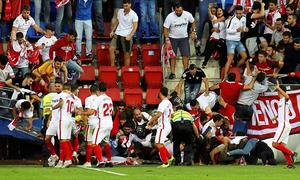 Hàng rào đổ khiến 8 CĐV Sevilla nhập viện