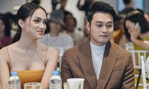 Hoa hậu Hương Giang khoe ngực gợi cảm bên Quang Vinh