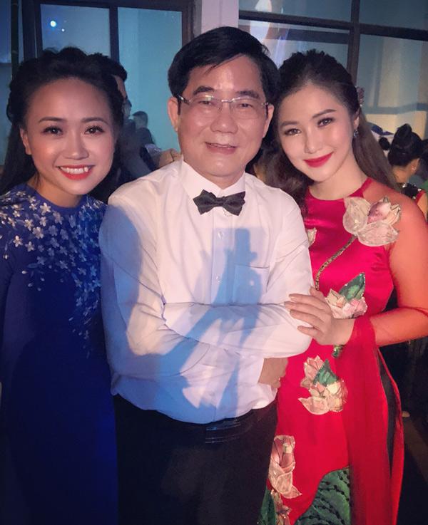 Bố Hương Tràm - NSND Tiến Dũng vừa thực hiện đêm nhạcTìm về câu ví giặm tại quê nhà Nghệ An. Con dâu (trái) và cô con gái nổi tiếng tới ủng hộ ông.