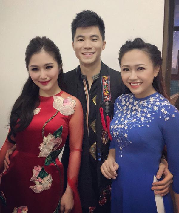 Anh trai Hương Tràm - ca sĩ Tiến Mạnh từng thi Sao Mai điểm hẹn 2010 và chị dâu tênPhương Thanh cũng là giọng ca từng đoạt giải nhì Sao Mai 2011. Tiến Mạnh cùng bà xã chụp ảnh cùng em gái trong hậu trường.