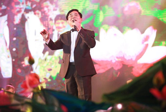 NSND Tiến Dũng đã có 40 năm đứng trên sân khấu. Ông thể hiện nhiều ca khúc truyền thống, có chủ đềca ngợi quê hương trong chương trình.