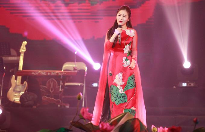 Hương Tràm mặc áo dài hoa sen của nhà thiết kế Thủy Nguyễn, biểu diễn trong đêm Tìm về câu ví giặm.