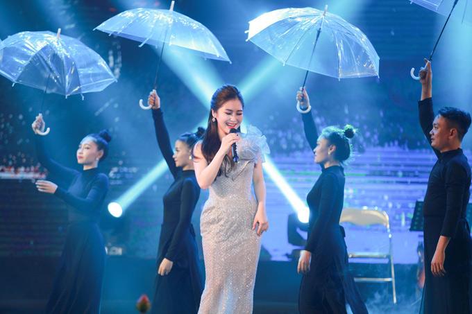 Cô được khán giả cổ vũ nhiệt tình khi hát lại bản hit Em gái mưa cùng vũ đoàn minh họa.