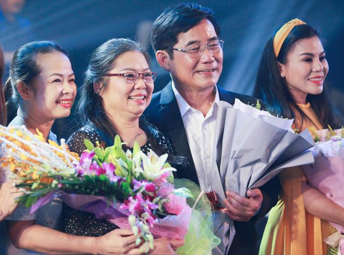 Mẹ Hương Tràm (thứ hai từ trái qua) cũng có mặt trong đêm nhạc ý nghĩa của chồng.