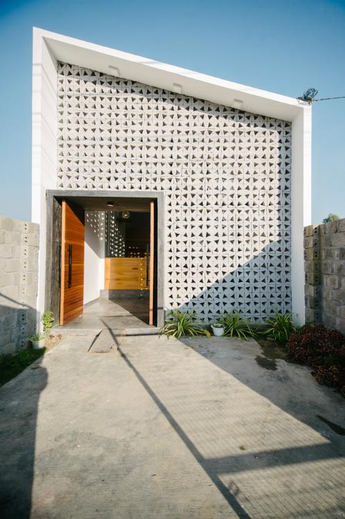 Thông tin nhà:Địa chỉ: Kon TumKiến trúc sư phụ trách: Huỳnh Tuấn Anh (Khuon Studio)Diện tích: 115 m2Năm thực hiện: 2016