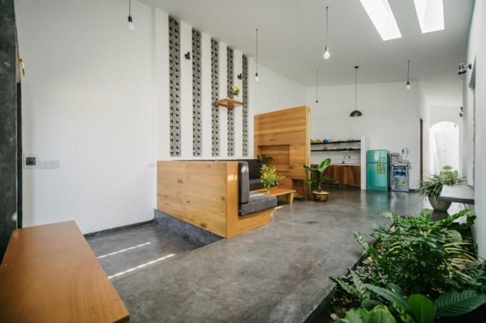 Trắng được chọn là màu chủ đạo, tương phản với màu xám của sàn bên tông, màu gỗ tự nhiên của tủ bếp, bàn ghế và màu xanh từ lá cây. Tất cả các yếu tố đơn giản này trộn với nhau tạo nên không gian tràn ngập sức sống cho một gia đình trẻ.