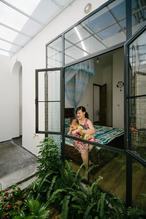Những yếu tố trênđược phân phối cho mọi khu vực, chẳng hạn như cây được trồng ở phòng khách, phòng ngủ với cửa sổ mở ra khoảng sân nhỏ có cây xanh. Vì vậy, không gian bên trong ngôi nhà ngập tràn ánh sáng tự nhiên, màu xanh tươi từ hoa lá.