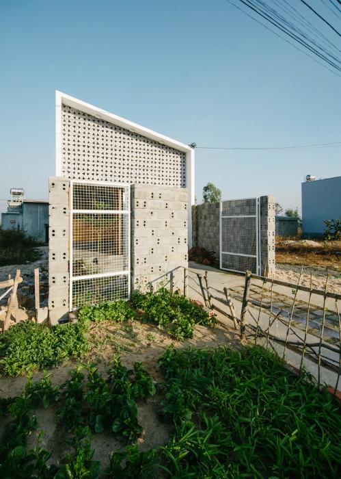Một mảnh vườn nhỏ ở bên ngoài là nơi trồng rau phục vụ nhu cầu của cả gia đình.