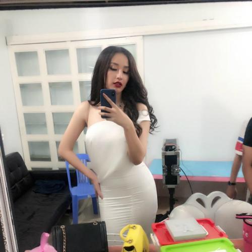 Hoa hậu Mai Phương Thúy tạo dáng pose hình khoe đường cong sexy khi diện váy ôm sát.