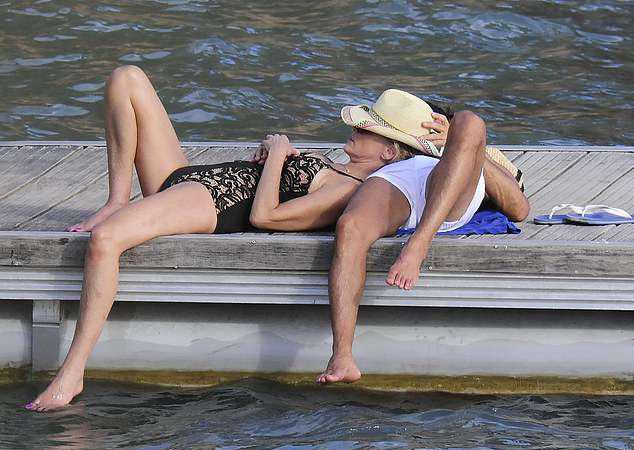 Minh tinh Hollywood tận hưởng sự bình yên, lãng mạn bên bạn trai giống như những cặp uyên ương trẻ.