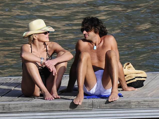 Sharon và bồ trẻ được trông thấy thư giãn trên bãi biển vào tuần trước.