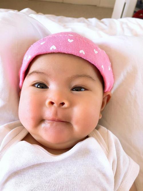 Thanh Thảo đăng loạt ảnh biểu cảm của con gái và hỏi: Mọi người nói là con giống mẹ con có đúng không ạ?.