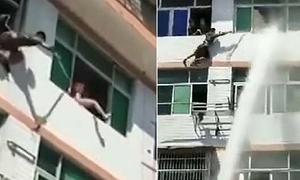 Lính cứu hỏa dùng vòi rồng ngăn người phụ nữ nhảy lầu tự tử