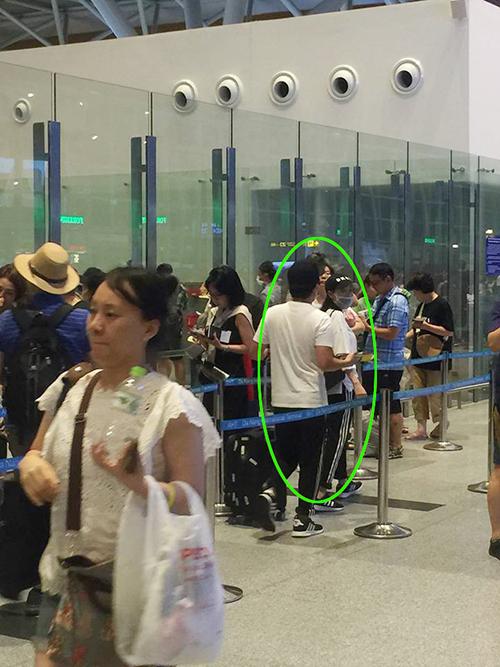 Vợ chồng Nhã Phương và Trường Giang bị fan bắt gặp tại sân bay Đà Nẵngkhi đang làm thủ tục xuất cảnh tại cổng quốc tế. Nhiều người hâm mộ cho rằng cặp đôi sang Hàn Quốc hưởng tuần trăng mật sau khi nghỉ ngơi ở Phú Quốc.