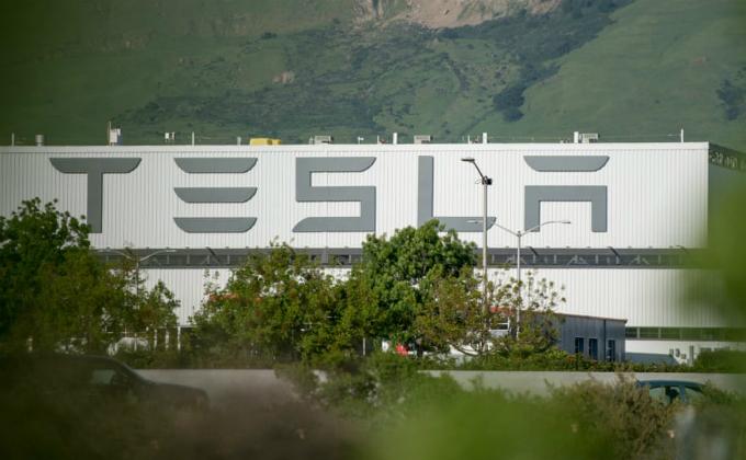 Nhà máy sản xuất ô tô 500.000 m2 của Tesla ở California, nơi vắt sức 10.000 nhân viên. Ảnh:Guardian.