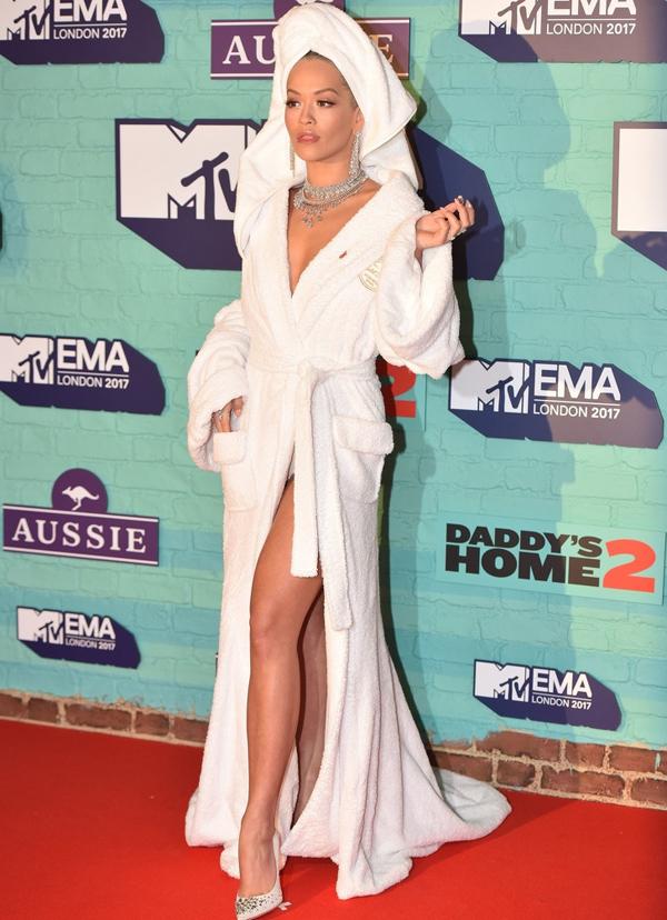 Tham dự MTV Europe Music Awards 2017, giọng ca I Will Never Let You Down Rita Ora gây chú ý khi xuất hiện với chiếc áo choàng tắm thường thấy trong khách sạn và quấn khăn như vừa gội đầu.