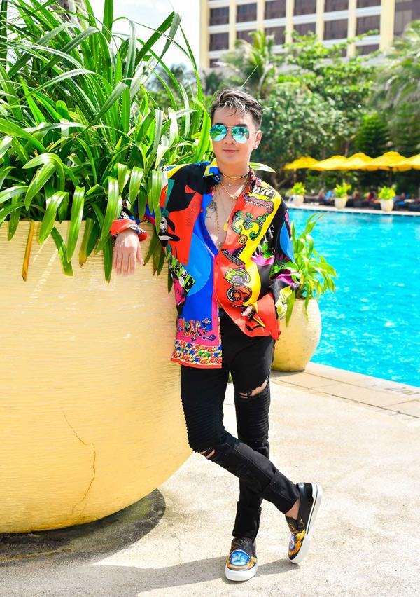 Sau MV Hello, Đàm Vĩnh Hưng chuẩn bị tung sản phẩm mới vào đúng đêm sinh nhật 2/10. Ông hoàng nhạc Việt hé lộ những hình ảnh ấn tượng của MV Một mình có sao đâu. Anh vẫn tiếp tục xuất hiện với phong cách trẻ trung, pha chút nổi loạn trong sản phẩm lần này.