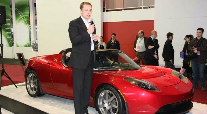 Elon Musk bên chiếc xe điệnthế hệ đầu sản xuất năm 2008. Ảnh: eCelebrityFacts.