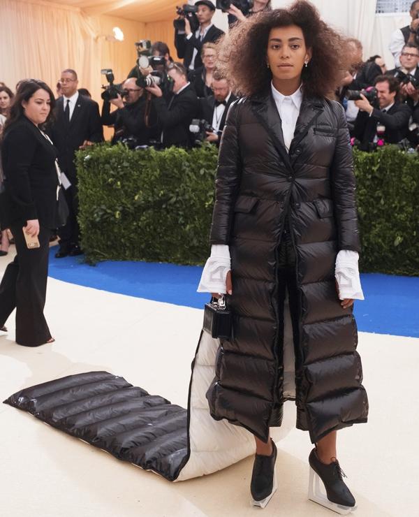 Tại Met Gala 2017, ca sĩ Solange Knowles - em gái của Beyonce - khẳng định rằng áo phao cũng có thể trở thành đầm dạ hội.