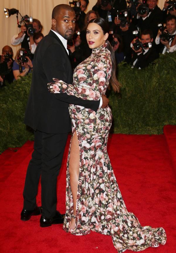 Sau khi hình ảnh Kim Kardashian trên thảm đỏ Met Gala 2013 được lan truyền, nhiều người đã bàn tán xôn xao về bộ đầm cổ lọ phủ họa tiết hoa dày đặc, kèm theo cả găng tay đồng màu của cô. Không ít ý kiến còn so sánh trang phục này với chiếc ghế sofa.