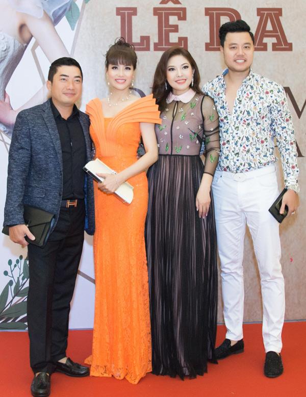 Á khôi Thể thao 1995 Băng Châu nổi bật với váy ren màu cam, chụp ảnh cùng Kinh Quốc, Kim Thanh Thảo và Vũ Hoàng Việt.