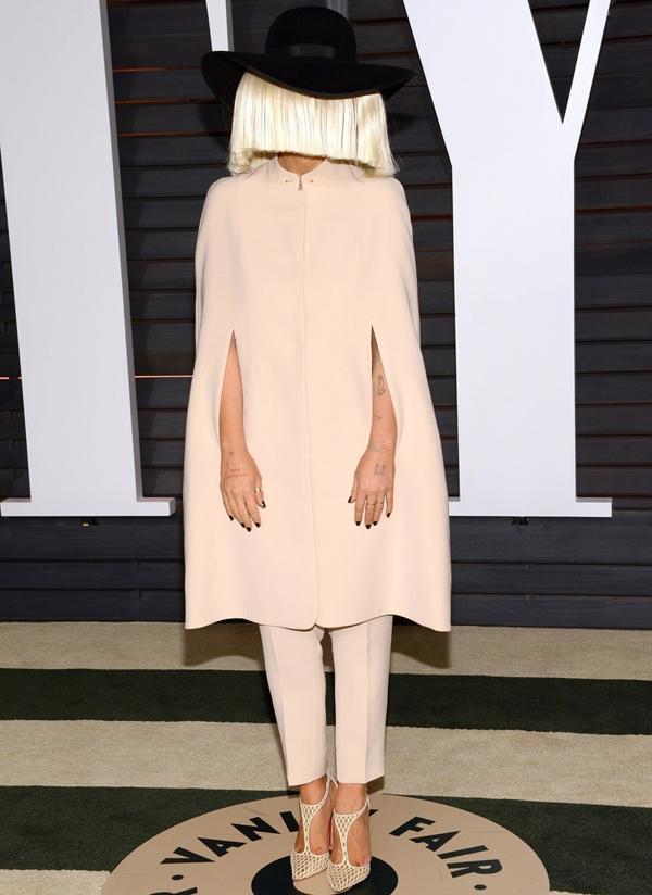 Hiện nay khán giả đã có thể nhìn thấy diện mạo của Sia, nhưng vài năm trước, giọng ca Chandelier luôn xuất hiện cùng mái tóc giả che hết gương mặt.