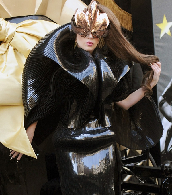 Lady Gaga vốn gắn liền với những bộ cánh kỳ quặc, nhưng các fan vẫn thấy khó hiểu trước tạo hình người ngoài hành tinh của cô.