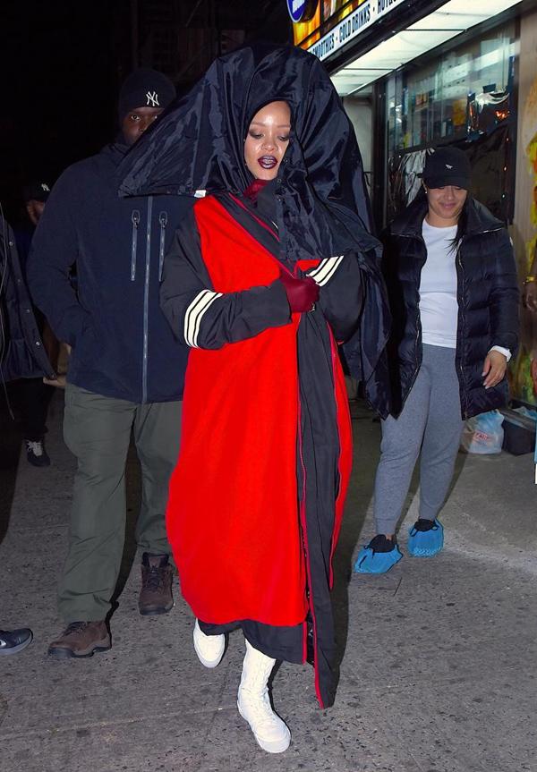 Bước xuống phố ở New York hồi tháng 2/2017, Rihanna diện set đồ rộng lùng bùng, đội trên đầu món phụ kiện mà theo New York Daily News miêu tả là trông giống tấm vải trùm trong tiệm cắt tóc.