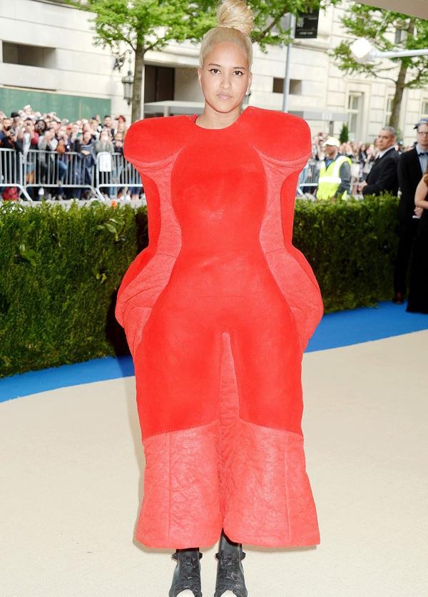 Người mẫu Helen Lasichanh - vợ của ca sĩ Pharrell William - khiến nhiều tạp chí đặt dấu hỏi: Cô sẽ dùng tay như thế nào khi mặc món đồ kỳ lạ này?