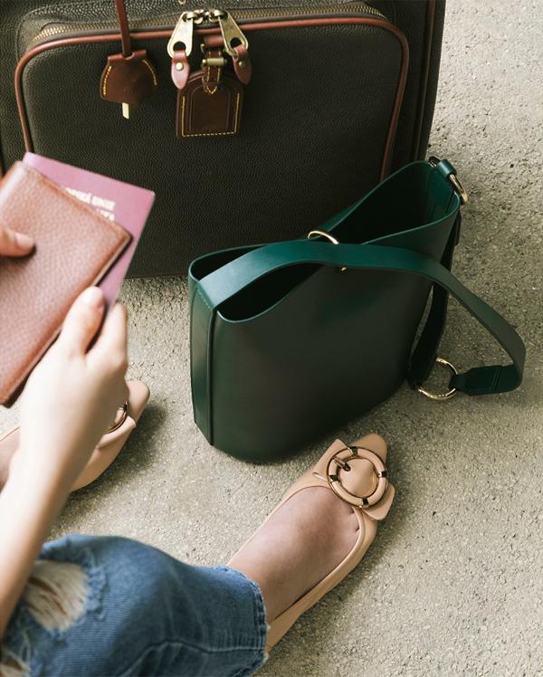 Những đôi giày búp bê đế mềm đa năng phù hợp cho mọi dịp và có thể dễ dàng đặt vừa vào túi xách của bạn.